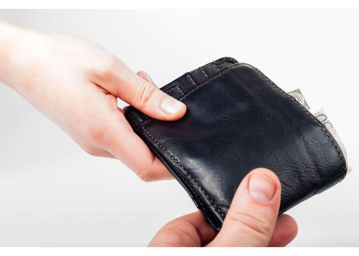 Можно ли дарить кошелек?  Как правильно это делать?