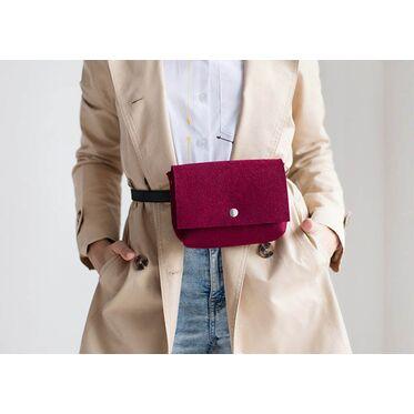 Почему поясная сумка опять в моде?