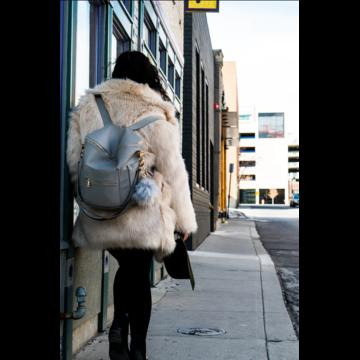 Рюкзак с шубой: безвкусица или изюминка